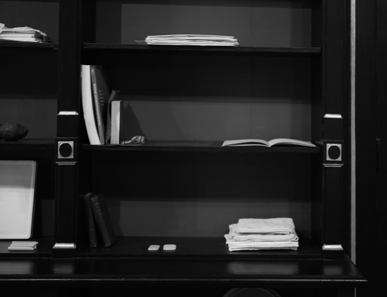 Carnet, livres, objets quotidiens plongés dans le gesso posés dans la bibliothèque, Maison des Arts de Schaerbeek - chsée de Haecht -1030 Schaerbeek