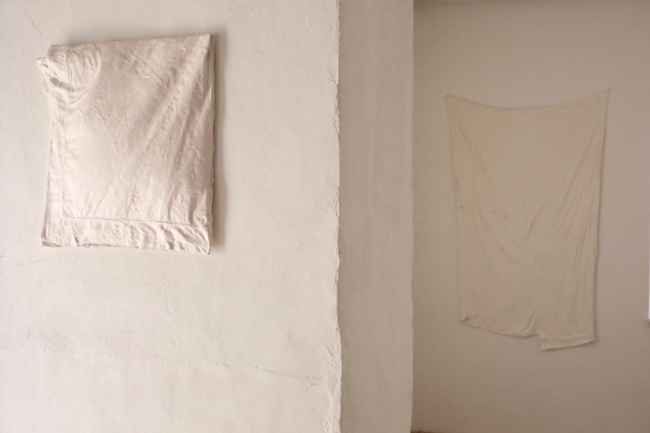 (Détail) Taie d'oreiller, gypse. Petites perceptions, installation Centre d'Art contemorain du Luxembourg belge, 2019