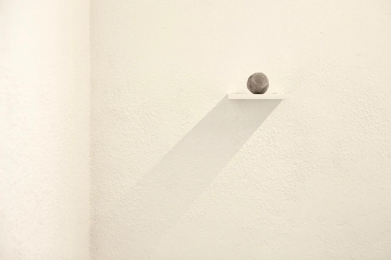 (Détail) Poils de chat. Petites perceptions, installation Centre d'Art contemorain du Luxembourg belge, 2019